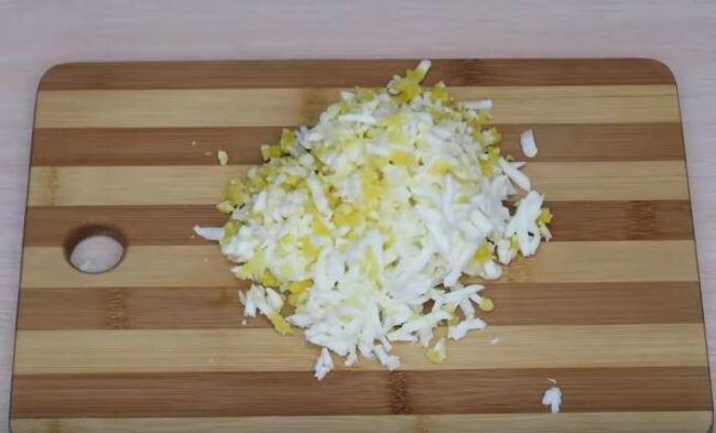 яйца также натираем на крупной тёрке