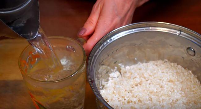 заливаем рис водой или кипятком