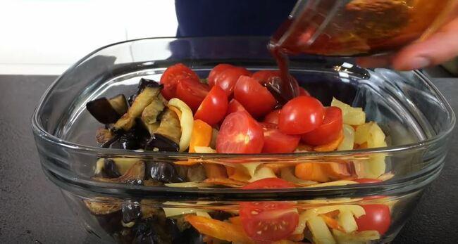 заправляем салат нашим соусом
