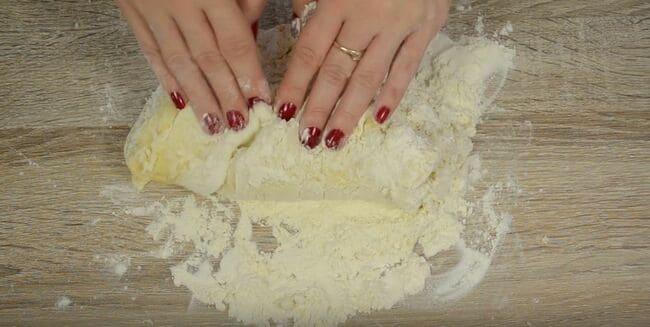 далее начинаем месить тесто руками на столе