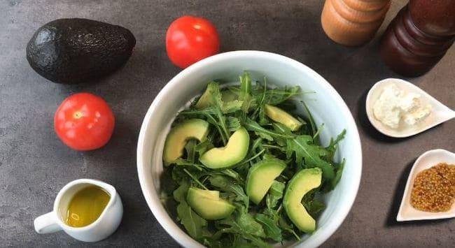 добавляем кусочки авокадо