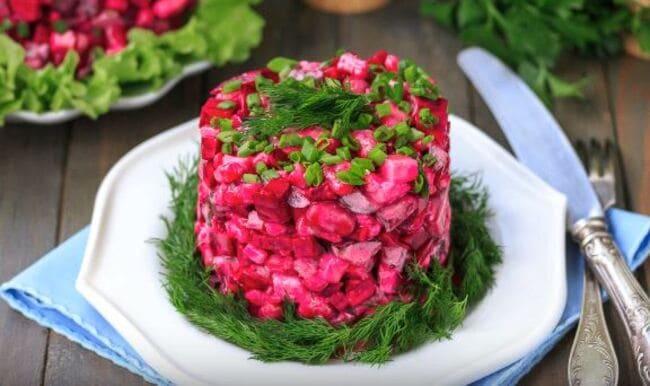 красиво подать салат уложив в кулинарное кольцо