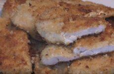Куриная грудка в панировочных сухарях на сковороде