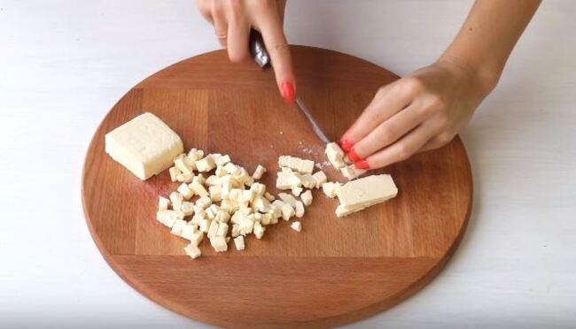 маленькими кусочками режем сыр