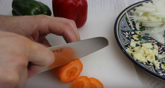 морковку тонкими кружками
