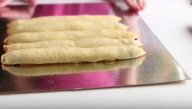 на блюдо укладываем 5 полосок с вишней