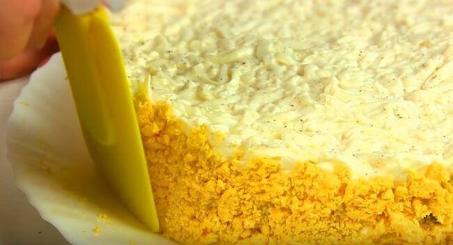 обсыпаем желтком бока салата