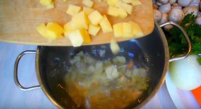 отправляем варить картошку в кастрюлю с водой