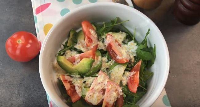 салат с рукколой авокадо и помидорами