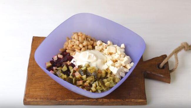 салат заправляем 2 ложками майонеза