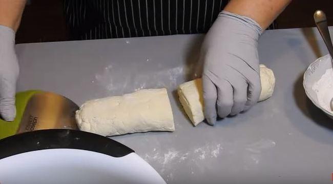 скатываем колбаску из творога