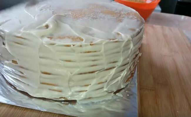 смазываем кремом бока торта