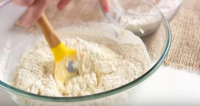сперва тесто замешиваем лопаткой