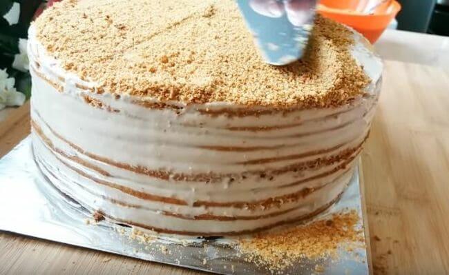 торт обсыпаем крошкой