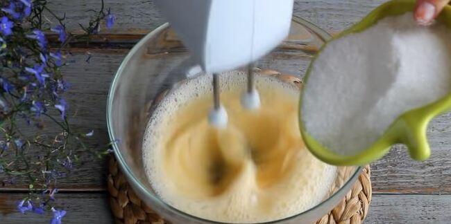 взбивая яйца добавляем частями сахар