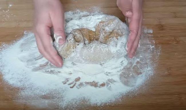 замешиваем тесто на столе
