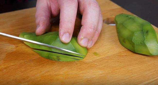 нарезаем авокадо дольками