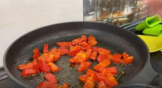 болгарский перчик слегка обжарим на сковороде