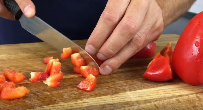 болгарский перец нарезаем в произвольной форме