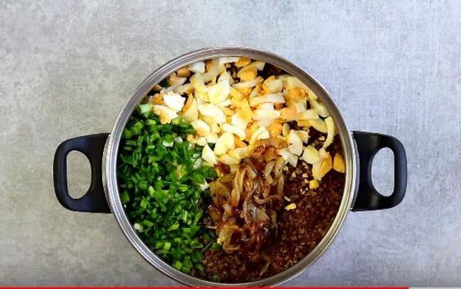 добавляем к готовой грече яйца, зеленый лук и обжаренный лук