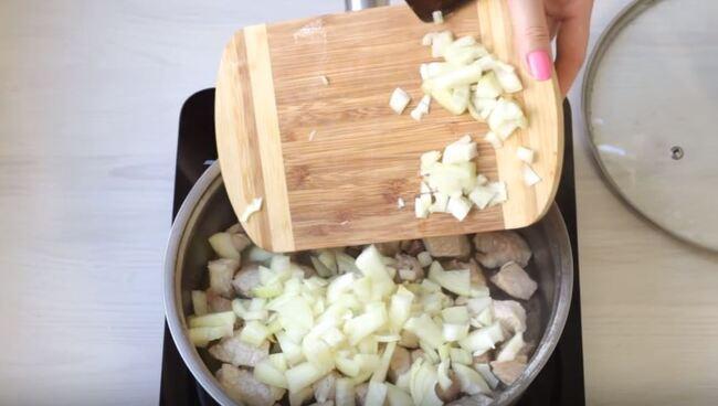 добавляем к мясу мелко нарезанный репчатый лук