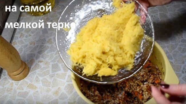 добавляем натёртый картофель к грече с овощами