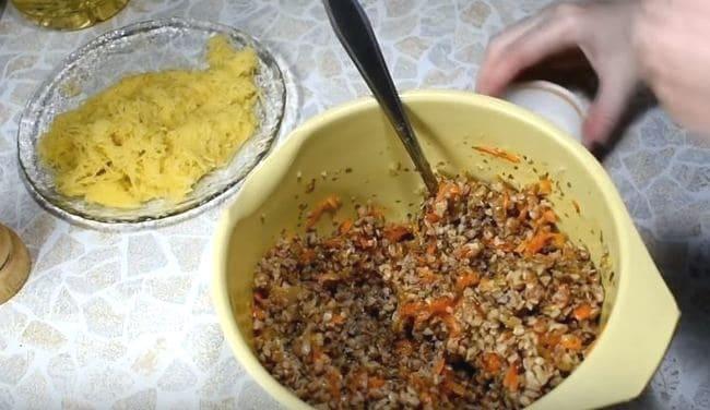 гречку и овощи перемешиваем