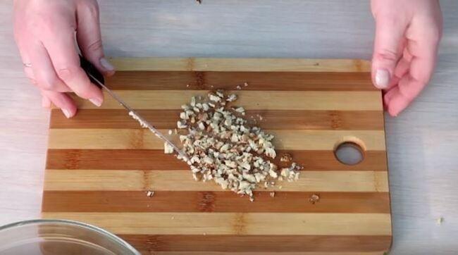 грецкие орехи измельчаем ножом