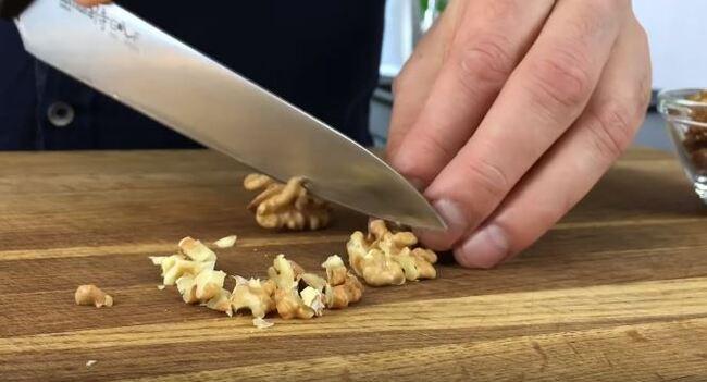 измельчаем грецкие орешки