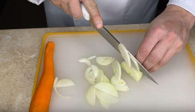 луковицу нарезаем тонкими полукольцами