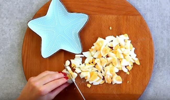 нарезаем яйца на небольшие кубики