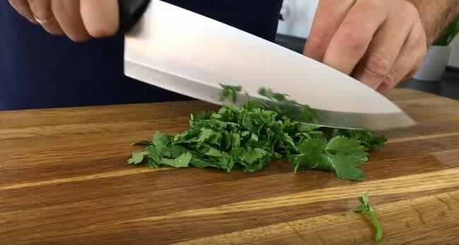 нарезаем зелень кинзы