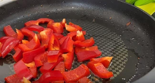 нарезанный болгарский перчик выкладываем в сковороду