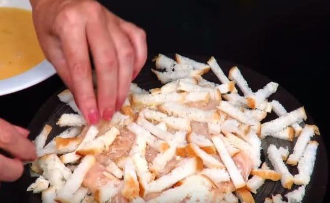 обваливаем филе в хлебной соломке с обеих сторон
