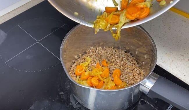 обжаренные лук с морковкой отправляем в гречку