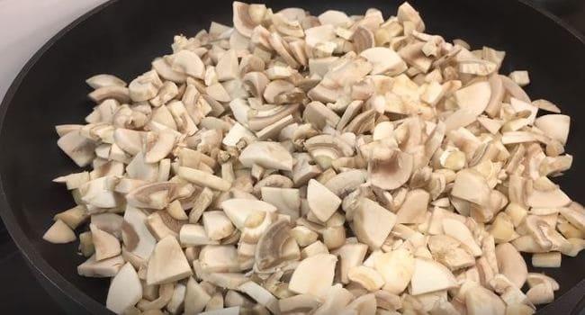 обжариваем грибы на раскалённой сухой сковородке