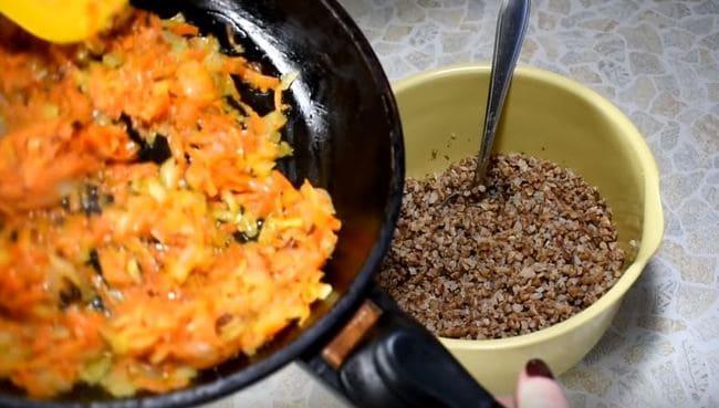 обжариваем лук с морковкой на сковородке до золотистости