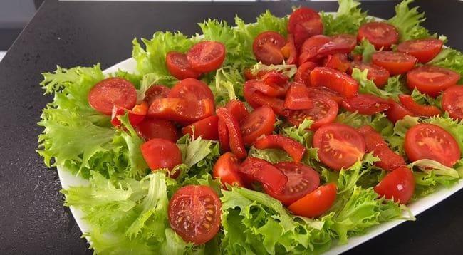 отправляем обжаренный болгарский перец в блюдо к салату