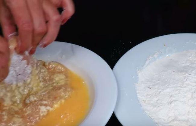 потом обмакиваем в яйце