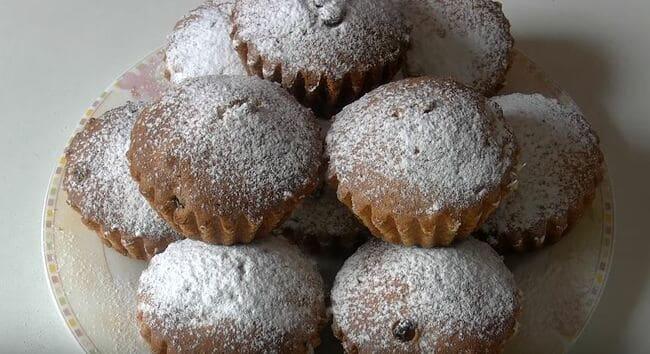 присыпаем кексики сахарной пудрой