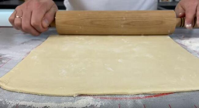 раскатываем тесто толщиной примерно 0,5 мм