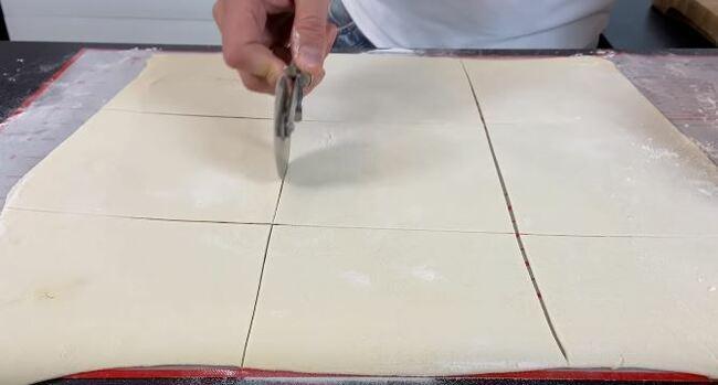разрезаем тесто на порционные квадратики