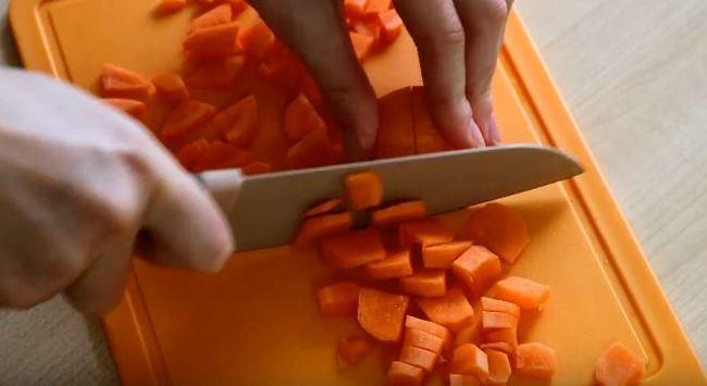режем морковку на кубики
