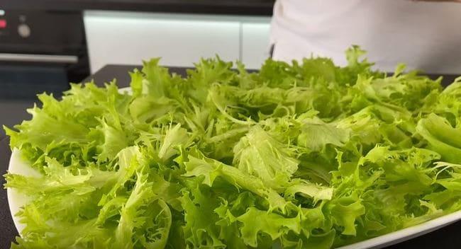 рвем на кусочки листья зеленого салата