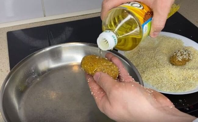 смажьте котлеты раст. маслом