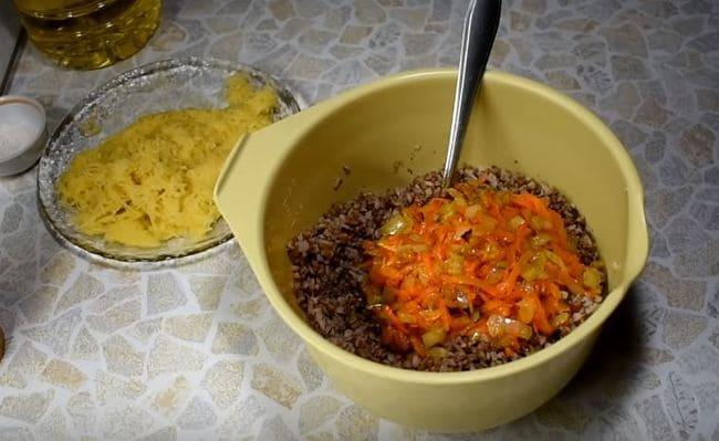 смешиваем обжаренные овощи с отваренной гречкой