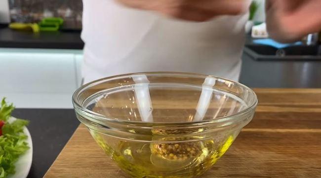 смешиваем оливковое масло с дижонской горчицей и соком лимона