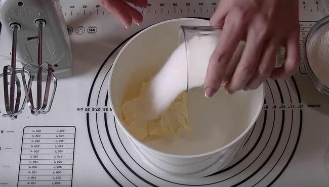 смешиваем в миске размягченное масло с сахаром