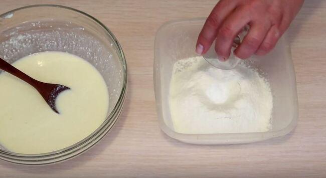 в муку добавляем разрыхлитель и соль