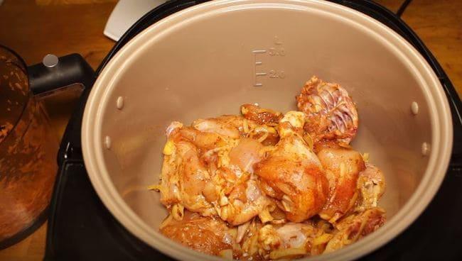 в мультиварку отправляем замаринованное мясо курицы